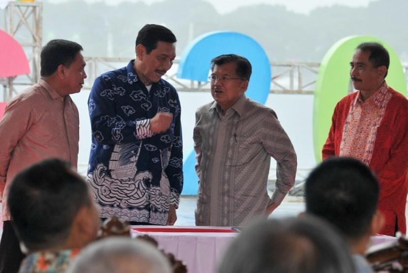 Wapres Jusuf Kalla (kedua kanan) berbincangan dengan Menko Maritim Luhut Pandjaitan (kedua kiri) disaksikan Menteri Pariwisata, Arief Yahya (kanan) dan Gubernur Aceh Irwandi Yusuf (kiri) saat pembukaan kegiatan pucak Sail Sabang, di Pelabuhan Sabang, Aceh, Sabtu (2/12). Sail Sabang berlangsung dari tanggal 28 november hingga 5 Desember 2017.