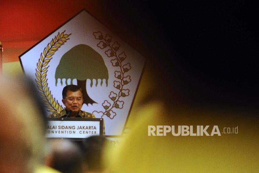 Wapres Jusuf Kalla memberikan pidato politik saat menutup Rapimnas Partai Golkar di Jakarta, Senin (25/1)malam.