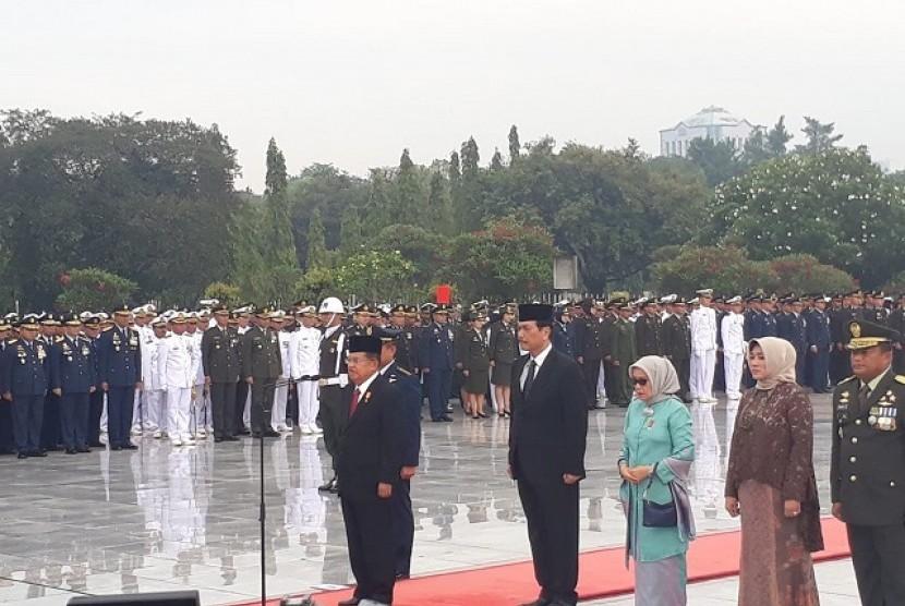 Wapres Jusuf Kalla memimpin upacara peringatan Hari Pahlawan di TMP Kalibata, Jakarta, Sabtu (10/11)