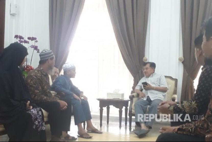 Wapres Jusuf Kalla menerima Fahrul Amin di  Rumah Dinas Wakil Presiden, di Jalan Diponegoro, Menteng, Jakarta, Ahad (10/2).