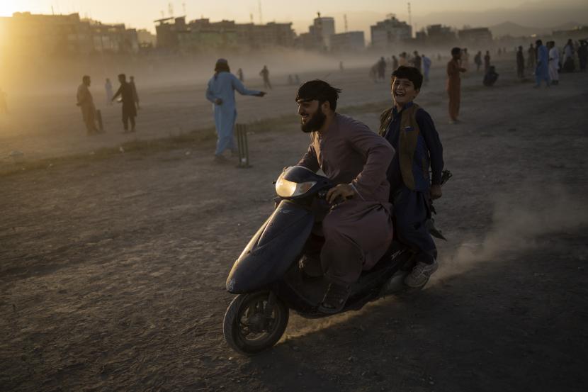 Warga Afghanistan mengendarai skuter di Taman Chaman-e-Hozari di Kabul, Afghanistan, Jumat, 17 September 2021.