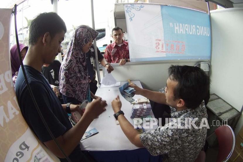 Warga antre menukar uang yang disediakan Bank Indonesia (BI) di depan Kantor Pos (ilustrasi)