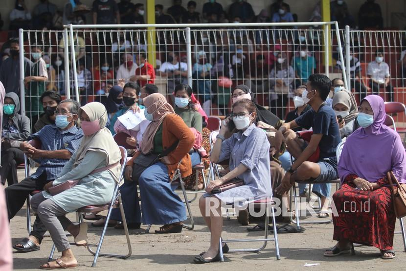Warga antre mendapatkan suntikan vaksin COVID-19 di Stadion Canda Bhirawa, Kediri, Jawa Timur, Sabtu (26/6/2021). Pemberian vaksin massal untuk masyarakat berusia di atas 18 tahun tersebut guna mendukung vaksinasi nasional satu juta orang per hari.