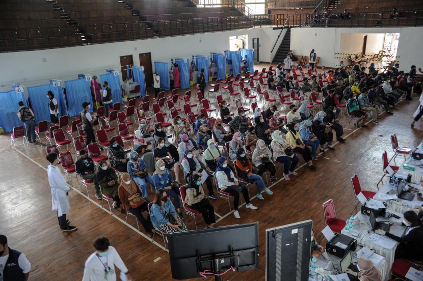 Warga antre saat mengikuti vaksinasi COVID-19 secara massal di Gor Saparua, Bandung, Jawa Barat, Jumat (10/9/2021). Pemerintah melalui Jabar Quick Response menggelar program vaksinasi COVID-19 secara massal tahap 2 bagi 3.000 warga guna mengejar target vaksinasi 400 ribu warga per hari di Jawa Barat.