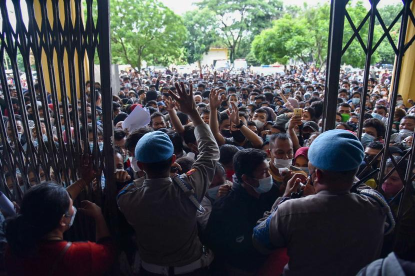Warga antre untuk melakukan vaksinasi di aula Gedung Serbaguna Pemprov Sumatera Utara, Kota Medan, Selasa (3/8/2021). Ratusan warga berdesakan untuk mengikuti vaksinasi yang diselenggarakan oleh Polda Sumatera Utara.