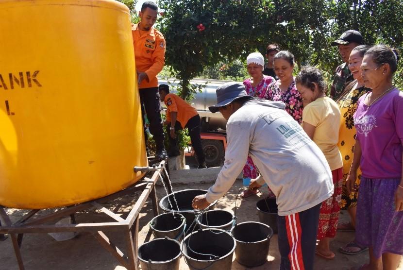 Warga antre untuk mendapatkan air bersih secara gratis saat petugas Badan Penanggulangan Bencana Daerah (BPBD) menyalurkan bantuan air bersih. Ilustrasi.