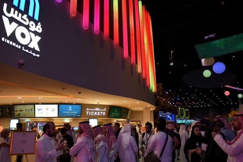 Warga Arab Saudi berkumpul di depan sebuah bioskop