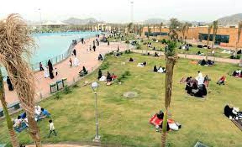 Warga Arab Saudi menikmati liburan lebaran di Taif.