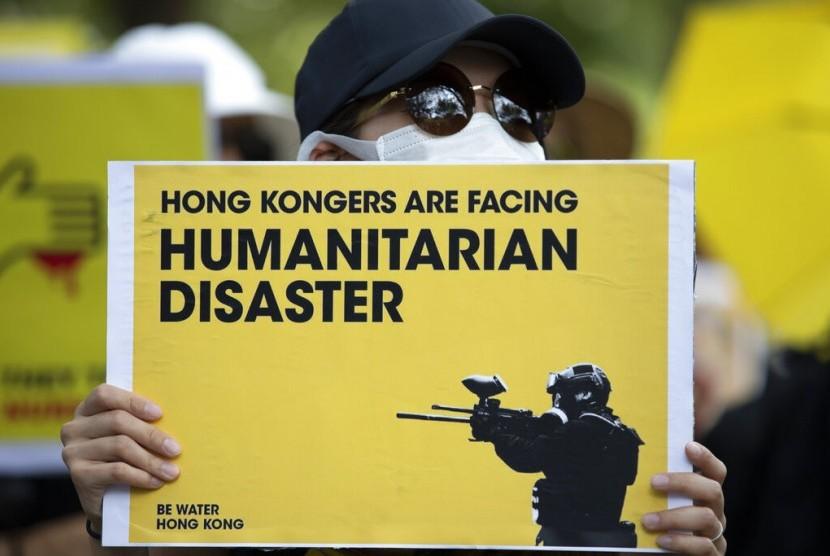 Warga AS berkumpul di Lafayette Square di depan Gedung Putih di Washington untuk mendukung pengunjuk rasa Hong Kong, Ahad (18/8).