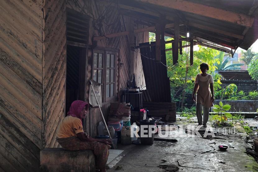 Warga berada di rumahnya di Kenali Besar, Alam Barajo, Jambi, Jumat (16/7/2021). Badan Pusat Statistik (BPS) Provinsi Jambi mencatat, sejak September 2020 hingga Maret 2021 jumlah penduduk miskin di provinsi itu bertambah sebanyak 5.800 orang.