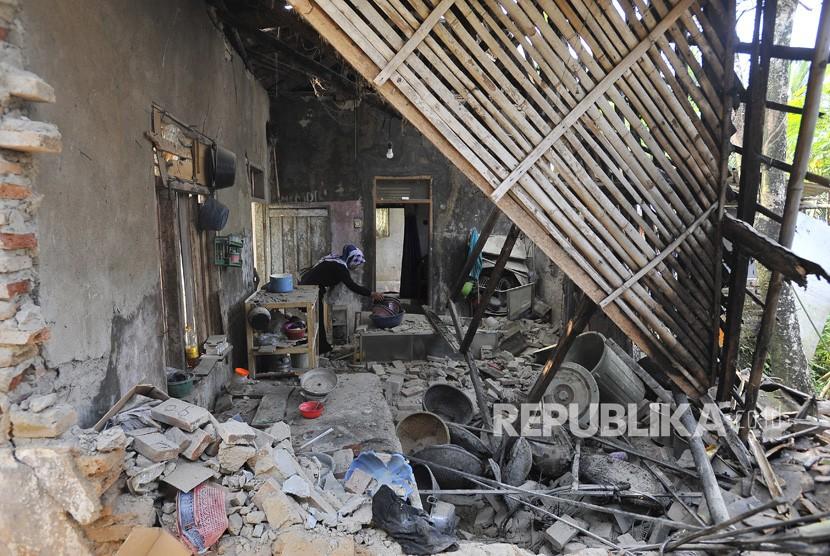 Residents in their homes damaged by the earthquake in Karoya village, Mandalawangi, Pandeglang, Banten, Saturday (3/8/2019).