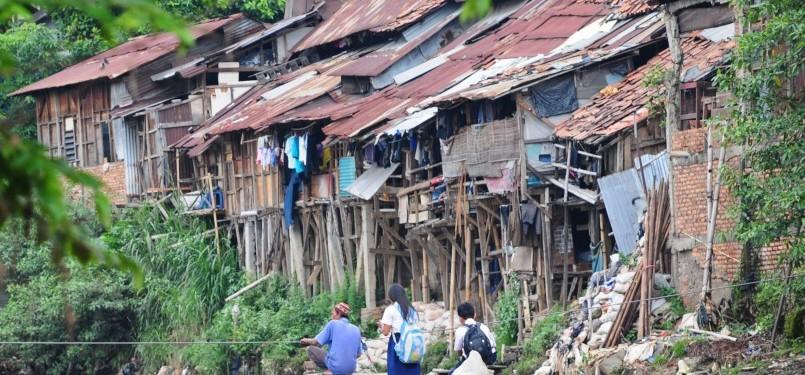 Warga beraktivitas di kawasan permukiman pinggiran Sungai Ciliwung, Manggarai, Jakarta Selatan, Selasa (31/1). (Aditya Pradana Putra)