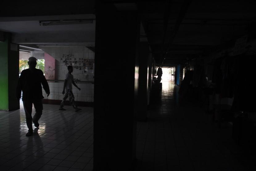 Warga beraktivitas di Rusun Bendungan Hilir saat terjadi pemadaman listrik bergilir di Jakarta, Senin (5/8/2019).
