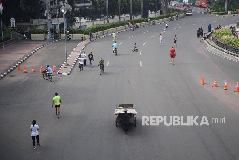 Warga beraktivitas pada hari bebas kendaraan (car free day) di kawasan Bundaran HI, Jakarta, Ahad (20/5).