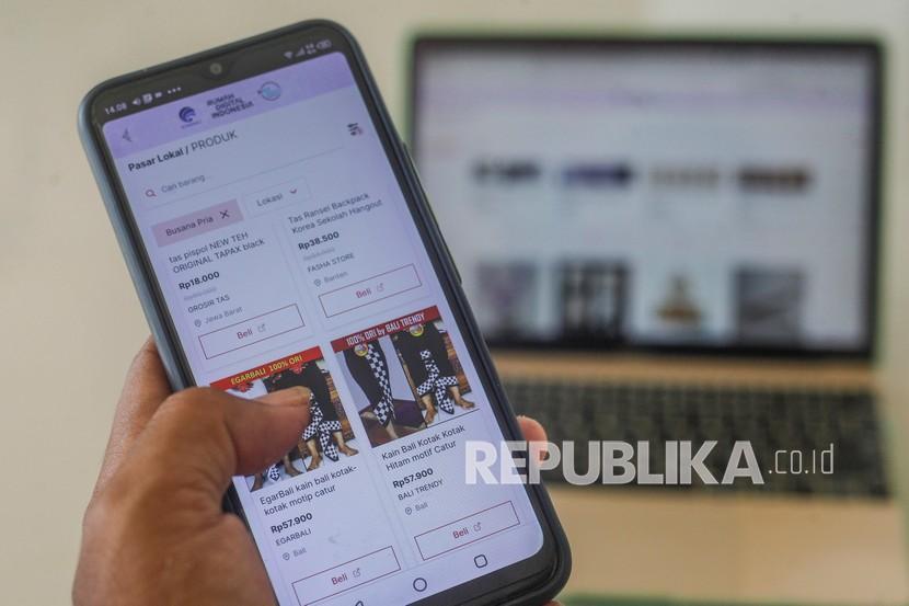 Warga berbelanja produk UMKM melalui laman Rumah Digital Indonesia di Bogor, Jawa Barat, Rabu (22/9/2021). Pasar lokal Rumah Digital Indonesia (RDI) dikelola langsung oleh Smesco Indonesia, dan Kementerian Koperasi dan UKM, RDI menjual produk UMKM unggulan dari 34 provinsi di Indonesia.