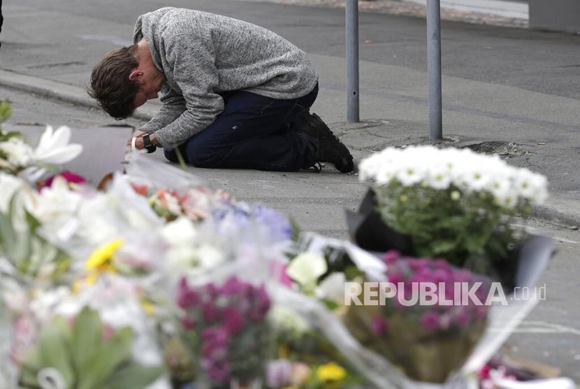 Warga berdoa untuk para korban penembakan di dekat Masjid Linwood di Christchurch, Selandia Baru, Selasa (19 /3/ 2019).