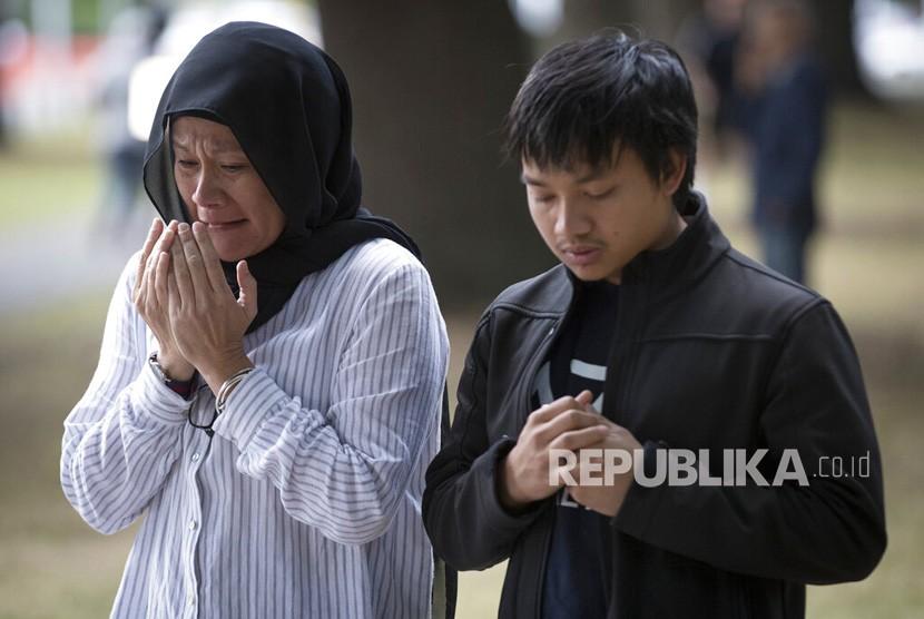 Warga berdoa untuk para korban penembakan di dekat Masjid Al Noor di Christchurch, Selandia Baru, Selasa (19 /3/ 2019).
