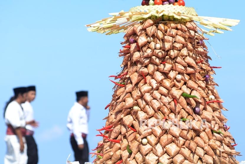Warga berebut ketupat agung saat mengikuti Lebaran Topat atau Hari Raya Ketupat di kawasan Pantai Batu Bolong, Kec. Batu Layar, Lombok Barat, NTB, Rabu (13/7/2018). (Republika/Yasin Habibi)