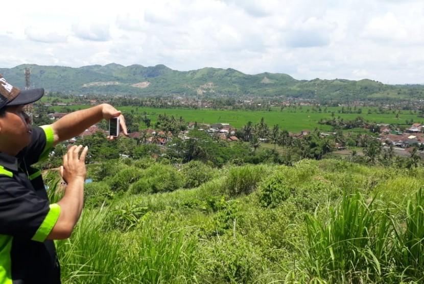 Warga berfoto di kawasan wisata unggulan baru Kota Sukabumi di Bukit Cigedud, Kelurahan Cikundul Kecamatan Lembursitu Kota Sukabumi Ahad (10/2). Kawasan wisata ini merupakan hasil swadaya masyarakat.