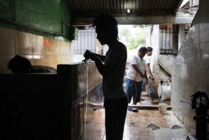 Warga bergotong royong membersihkan MCK umum di sebuah kawasan pemukiman. (ilustrasi)
