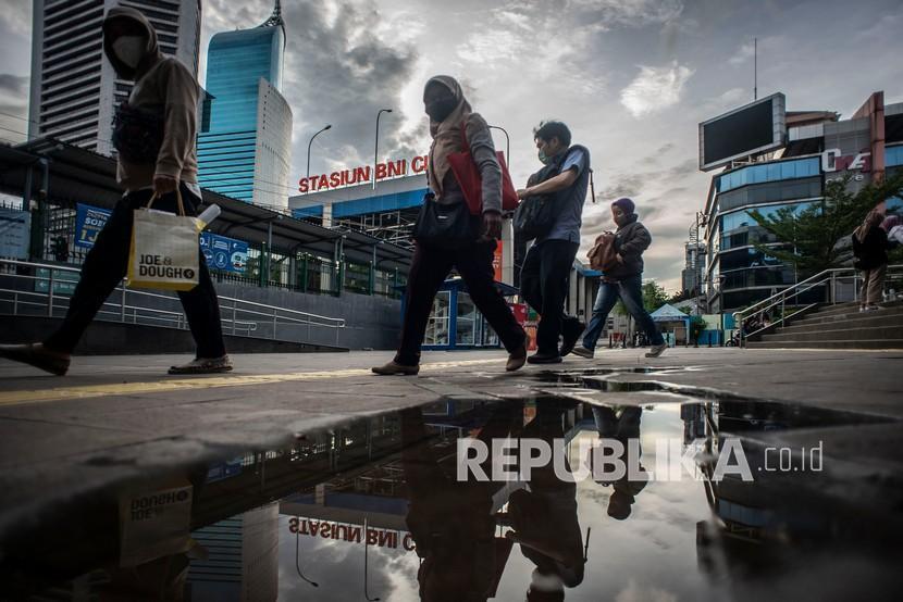 Warga berjalan di kawasan Dukuh Atas, Jakarta, Kamis (17/12/2020). Beberapa investor dan juru kampanye mengungkapkan kekecewaannya atas pengungkapan, para pemimpin Bank Dunia menekan staf agar meningkatkan skor China dalam sebuah laporan berpengaruh yang memeringkat berbagai negara tentang betapa mudahnya melakukan bisnis di sana.