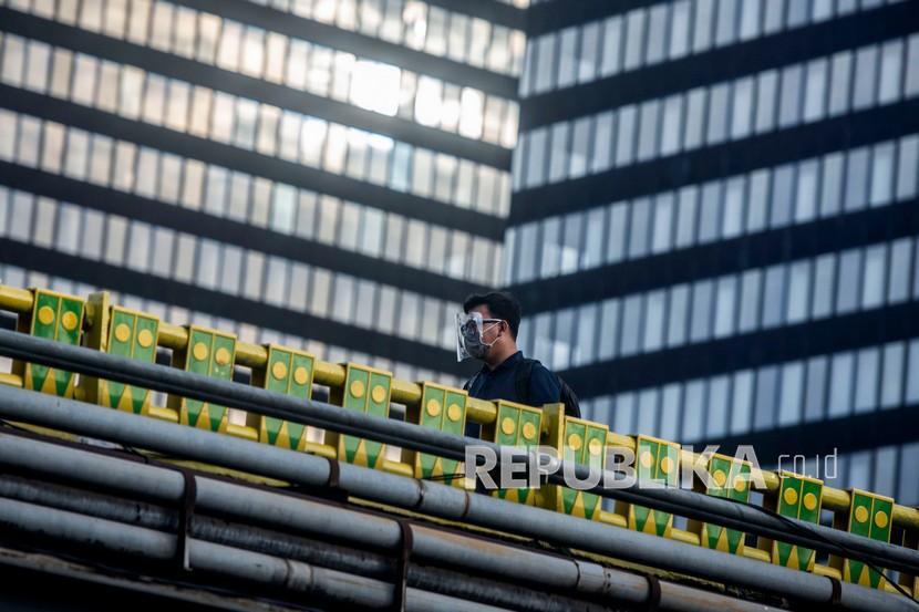Warga berjalan di kawasan Dukuh Atas, Jakarta, Kamis (17/12). Dewan Direktur Eksekutif Bank Dunia menyetujui Kerangka Kerja Kemitraan (CPF) dengan Indonesia periode 2021-2025.