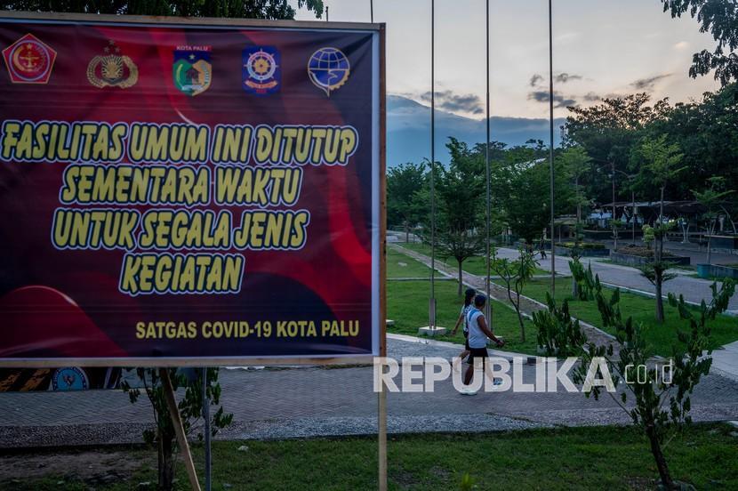 Warga berjalan di lintasan olahraga di lapangan Vatulemo, Palu, Sulawesi Tengah, Rabu (28/7/2021). Pemerintah setempat menutup hampir semua fasilitas umum dan ruang terbuka yang ramai dikunjungi warga selama penerapan PPKM Level IV yang berlaku 26 Juli hingga 2 Agustus 2021 mendatang.