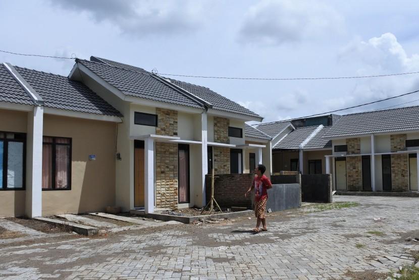 Warga berjalan di perumahan Kredit Pemilikan Rumah (KPR) Bank BTN di Kelurahan Tegal Gede, Sumbersari, Jember, Jawa Timur, Kamis (9/3).