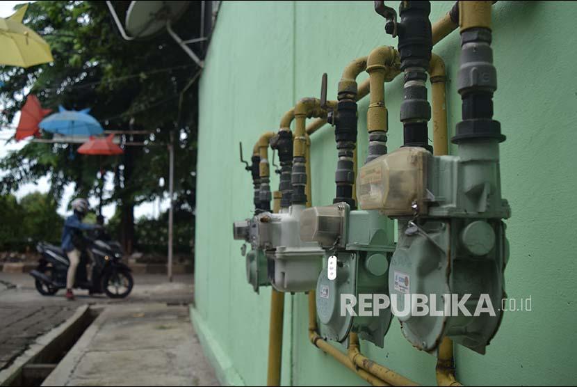 Warga berjalan didekat meteran jaringan gas rumah tangga PGN di Rusun Klender, Jakarta, Rabu (14/11). Rusun Klender merupakan salah satu pelanggan PGN (Perusahaan Gas Negara) di sektor rumah tangga yang telah menggunakan gas bumi sejak 1984.