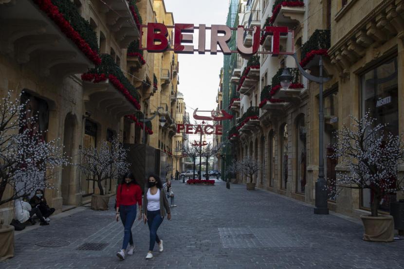 Warga berjalan kaki di Beirut. Lebanon sedang menghadapi krisis ekonomi.