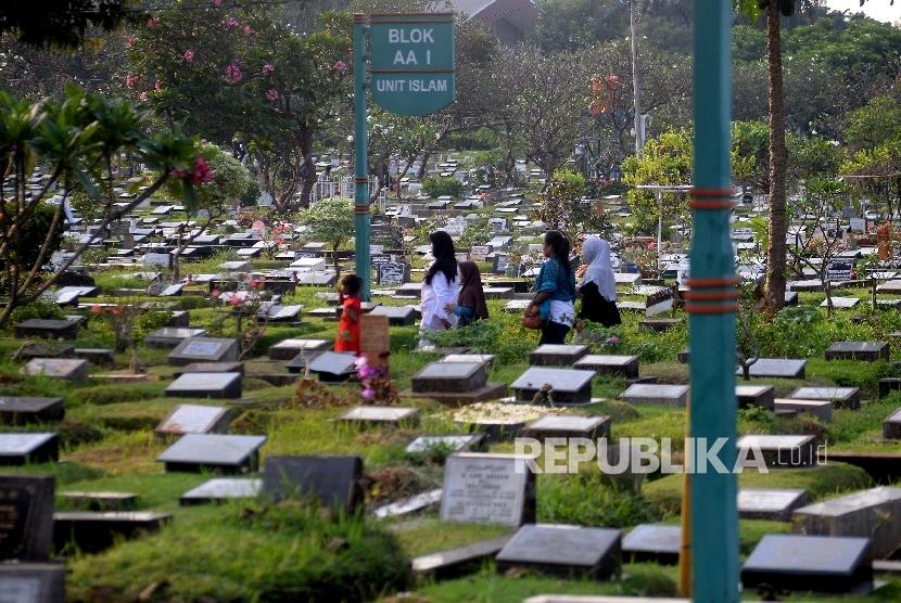 Warga berjalan usai melakukan ziarah kubur di Tempat Pemakaman Umum (TPU) Karet Bivak, Jakarta, Jumat (19/5).
