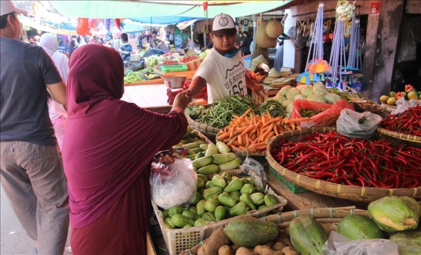 Warga berjual-beli di pasar tardisional jelang Ramadhan meski di tengah suasana pandemi.