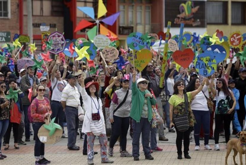 Warga berkumpul di Bogota, Kolombia dalam aksi protes menjelang perubahan iklim di Paris, Ahad, 29 November 2015. Sebanyak 175 negara di seluruh dunia serempak menggelar aksi protes perubahan iklim.