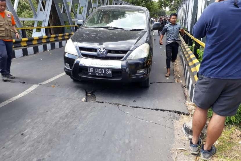 Warga Berlarian Menyeberang Jembatan yang Retak di Lombok Utara.