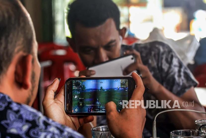 Warga bermain Game Online di Lhokseumawe, Provinsi Aceh, Kamis (3/1/2019).