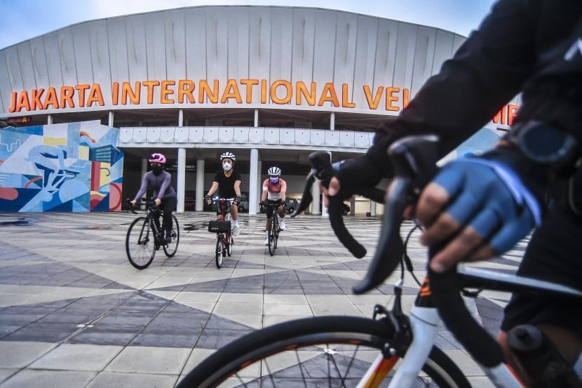 Warga berolahraga sepeda di halaman Jakarta International Velodrome, Ahad (18/4/2021). Velodrome menjadi salah satu tempat pilihan warga untuk berolahraga sekaligus menunggu waktu berbuka puasa atau ngabuburit.