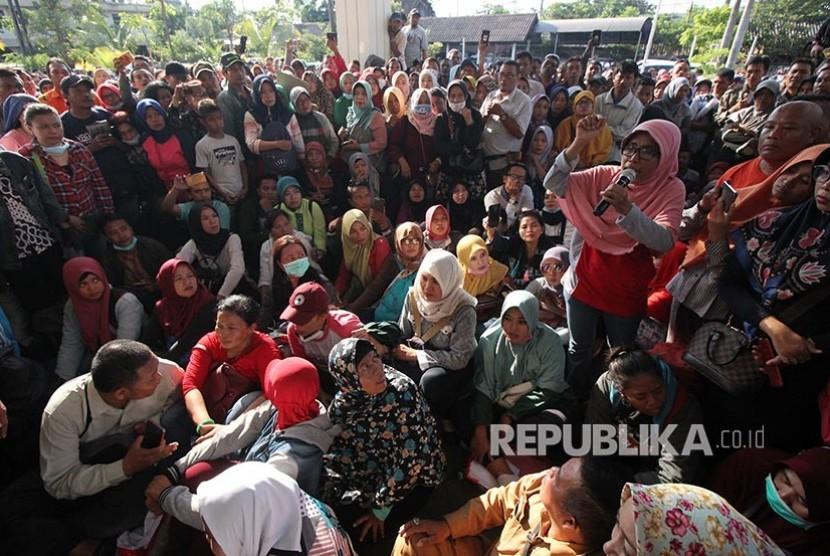 Warga berunjuk rasa di kantor Dinas Pendidikan Kota Surabaya, Jawa Timur, Kamis (20/6). Mereka memprotes kebijakan Sistem Penerimaan Peserta Didik Baru (PPDB) berdasarkan zonasi.