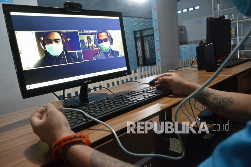 Warga binaan berkomunikasi dengan keluarga secara daring di Lembaga Permasyarakatan (Lapas) Kelas IIB Kabupaten Garut, Jawa Barat. ilustrasi