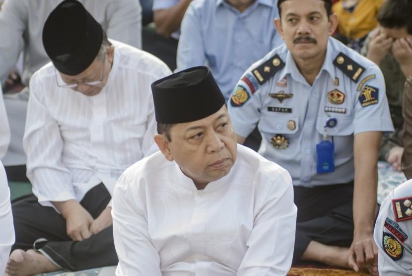Warga binaan kasus korupsi Setya Novanto (tengah) mendengarkan ceramah saat melasanakan shalat idulfitri 1440 Hijriah di Lapas Sukamiskin, Bandung, Jawa Barat, Rabu (5/6/2019).