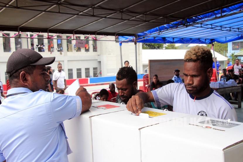 Warga binaan Lapas Abepura mengikuti pencoblosan Pemilu 2019 susulan di TPS 66 dan 65, Lapas Abepura, Jayapura, Papua, Kamis (18/4).