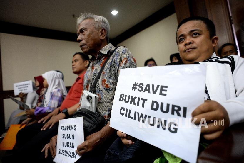 Warga Bukit Duri mengikuti sidang pembacaan putusan Gugatan Warga atas gusuran paksa Normalisasi kali Ciliwung di Pengadilan Negeri Jakarta Pusat, Rabu (25/10).