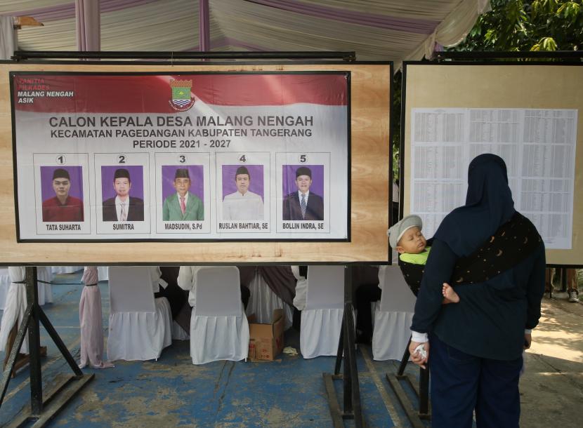 Warga calon pemilih melihat daftar pemilih tetap (DPT) saat Pemilihan Kepala Desa (Pilkades) Serentak Kabupaten Tangerang di Pagedangan, Kabupaten Tangerang, Banten, Ahad (10/10/2021). (Ilustrasi)