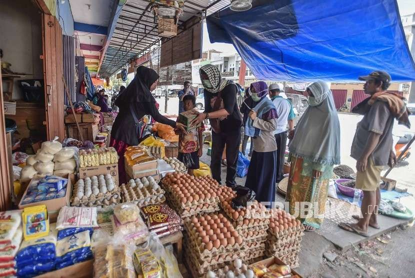 Trading activity begins at Manonda Market, Palu, Central Sulawesi, Thursday (Oct 4).