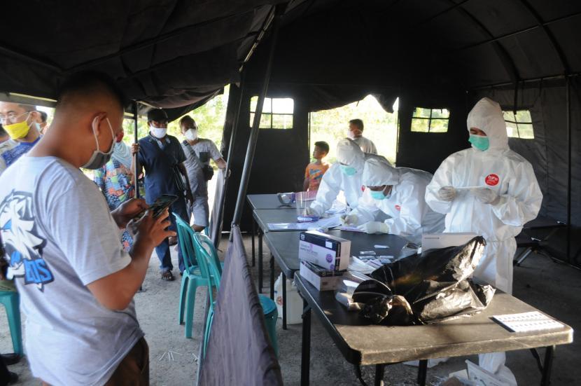 Warga dari luar daerah antre untuk menjalani tes cepat antigen di Pos Penyekatan Desa Larangan Tokol, Pamekasan, Jawa Timur, Selasa (8/6/2021). Pemkab Pamekasan memberlakukan penyekatan dan tes cepat antigen bagi pendatang yang akan masuk ke kabupaten itu, menyusul terjadinya lonjakan kasus COVID-19 di Bangkalan dalam dua pekan terakhir.