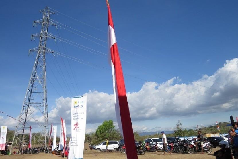 Warga desa beraktivitas di dekat jaringan listrik milik PLN Wilayah NTT.