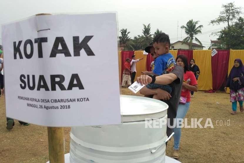 Warga Desa Cibarusahkota padati Tempat Pemungutan Suara (TPS) dalam Pemilihan Kepala Desa (Pilkades), Desa Cibarusahkota, Kecamatan Cibarusah, Kabupaten Bekasi, Ahad (26/8).