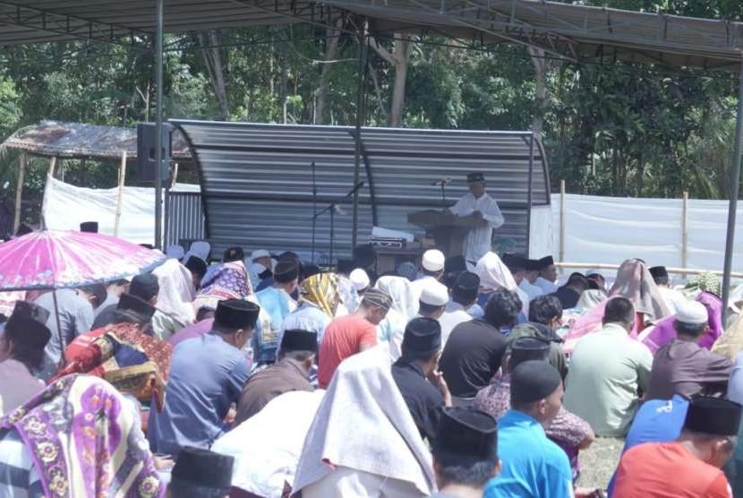 Warga Desa Lingsar, Kabupaten Lombok Barat menggelar shalat Jumat di lapangan karena trauma gempa.
