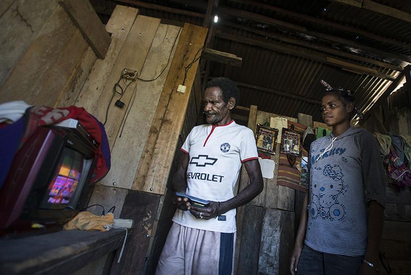 Warga Desa Sosyan mencoba menyalakan televisi dengan listrik yang berasal dari Pembangkit Listrik Tenaga Mikro Hidro (PLTMH) saat pencanangan Program Indonesia Terang di Kabupaten Maybrat, Papua Barat, Kamis (21/4).