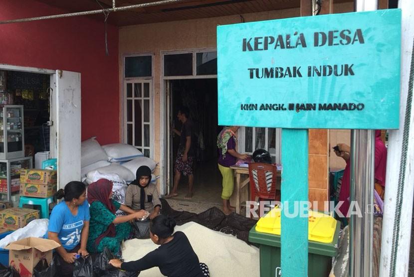 Warga Desa Tumbak menyiapkan 200 paket parsel ramadhan dari Dompet Dhuafa
