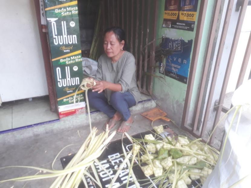 Warga di Blok Kupat, Jalan Caringin, Kelurahan Babakan, Kecamatan Babakan Ciparay turun temurun menjadi pengrajin kupat termasuk jelang Lebaran 1442 Hijriah, Ahad (9/5).